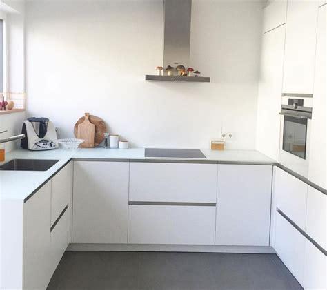 Weisse Küche Mit Dunkler Arbeitsplatte by Weisse Matte Kueche Weisse Arbeitsplatte Hause Kitchen