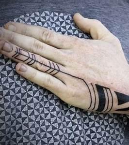 Tatouage Sur Le Doigt : pv photo tatouage g om trique fl che sur le doigt ~ Melissatoandfro.com Idées de Décoration