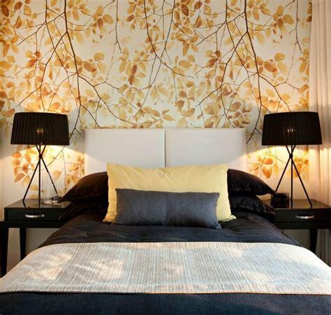 tete de lit papier peint en bois ou matelassee laquelle