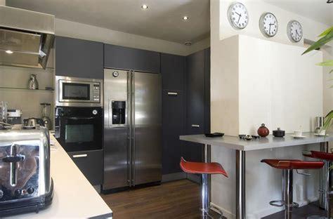 cuisine style americain cuisine moderne avec équipements en inox et petit espace