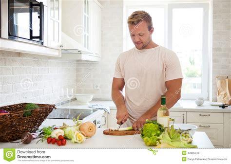 lesbienne dans la cuisine homme bel faisant cuire à la maison préparer la salade