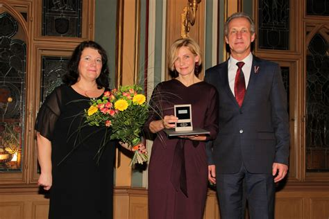 Pasniegtas balvas Rīgas labākajiem pirmsskolu darbiniekiem, Martas Rinkas balvu saņem Ligita ...