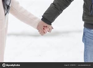 Hand In Hand Gehen : paar hand in hand gehen auf schnee stockfoto nikodash 137856750 ~ Orissabook.com Haus und Dekorationen