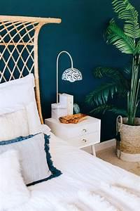 Mur Bleu Pétrole : ambiance moderne et nature dans cette chambre aux murs bleu canard en associant un lit en osier ~ Melissatoandfro.com Idées de Décoration