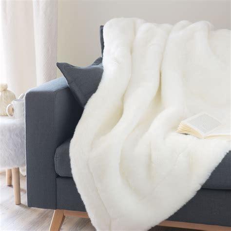 plaid en fausse fourrure blanc 150 x 180 cm snowdown maisons du monde
