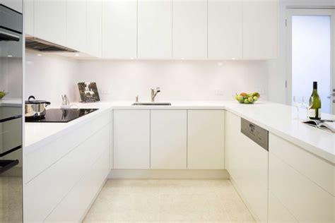 cuisine blanche sans poign馥 cuisine sans poignée moderne et fonctionnelle moins c est plus