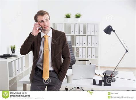 dans le bureau homme d 39 affaires dans le bureau image stock image du