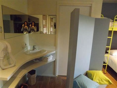 chambre futuroscope salle de bain avec lavabo dans la chambre photo de hôtel