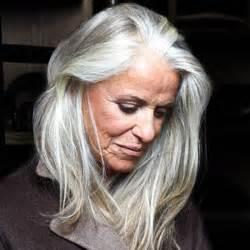 coupe cheveux blancs cheveux blancs longs 25 jolies façons de porter les cheveux blancs