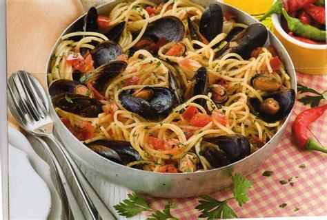 moule de cuisine spaghetti avec des moules à la tarantine cuisine