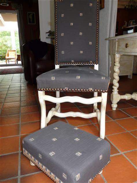 recouvrir des chaises recouvrir une chaise capitonnée les deux mains de mamounette