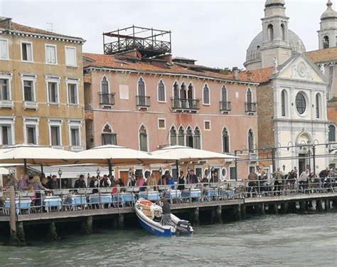 la terrazza venezia venezia barchino finisce contro la terrazza di un