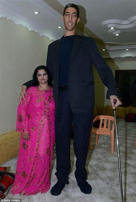 World's Tallest Man (8ft 3in) Gets Married To 5ft 8intall