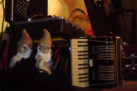 die gartenzwerge mülheim gartenzwerge neben einem akkordeon