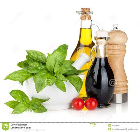 mortier pilon cuisine bouteilles d 39 huile et au vinaigre d 39 olive avec le basilic