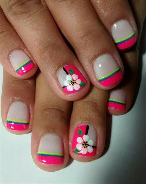 Existen muchos diseños de decoración de uñas que se pueden hacer en manos y en pies, para lograr que … uñas cortas frances fucsia flores blancas   Uñas cortas, Uñas de lunares, Arte para uñas cortas