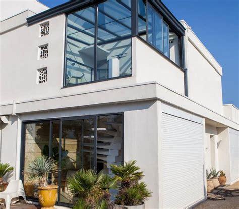 porte coulissante en verre pour cuisine veranda toiture et panneaux en verre
