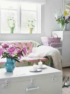 Shabby Chic Wohnzimmer : aus dem buch vintage home shabby chic wohnzimmer mit einem alten koffer als tisch foto verlag ~ Frokenaadalensverden.com Haus und Dekorationen