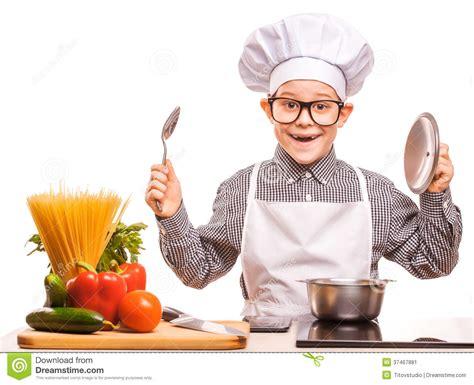 le chef cuisine le chef de garçon fait cuire dans la cuisine image stock