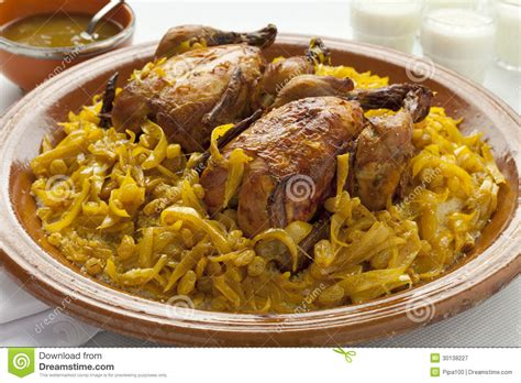 cuisine couscous traditionnel moroccan couscous with chicken and caramelized onions