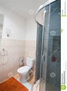salle de bains avec la toilette de douche photo stock With toilette dans la salle de bain