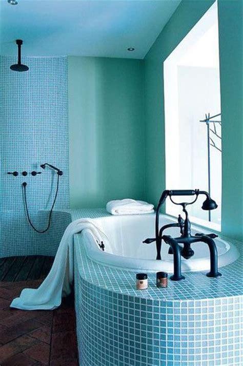 une salle de bains toute bleue cote maison