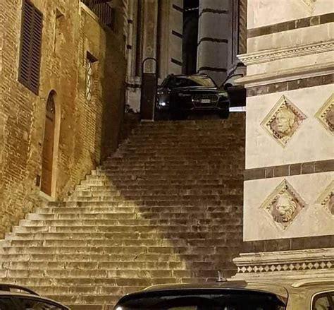 porta navigatore auto siena il navigatore li porta con l auto sulla scalinata