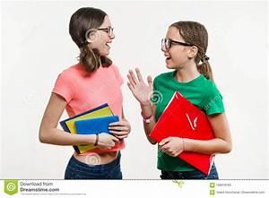 3 Filles Qui Chantent : amiti de deux adolescentes sur un fond blanc les filles parlent et rient image stock image ~ Medecine-chirurgie-esthetiques.com Avis de Voitures
