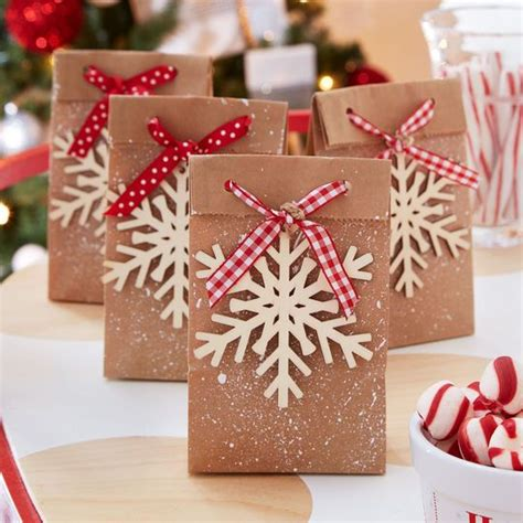 idée cadeau noel papa sacs cadeaux chemin de la menthe poivr 233 e flocon de neige