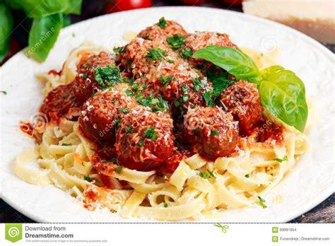 boulettes de viande sauce tomate cuisine italienne spaghetti italiens de pâtes avec des boulettes de viande