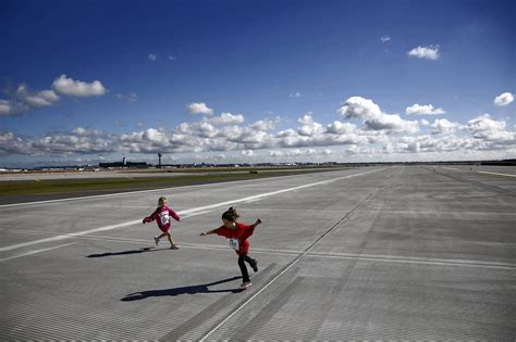 New O'Hare runway expected to boost traffic, ease delays ...