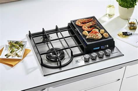 jeux cuisines la plancha s incruste sur la table de cuisson gaz