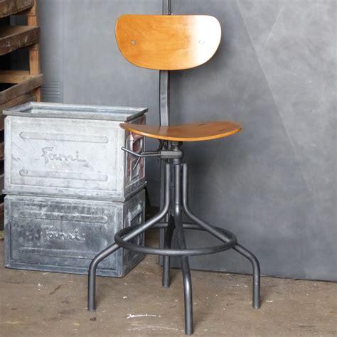 chaise métal et bois superbe chaise d 39 atelier pivotante en métal et bois