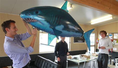 Pesce Volante Telecomandato High Flying Shark Makes Pilot Look Stuff Co Nz