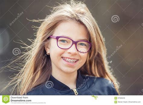 Mädchen Jugendlich Vor Jugendlich Mädchen Mit Gläsern