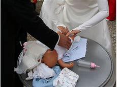 Puppe oder Stofftier umziehen und wickeln als Hochzeitsspiel