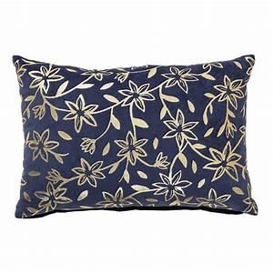 Coussin Velours Bleu : coussin velours coton 40x60cm bleu indigo motif fleur et feuillage dore bloomingville ~ Teatrodelosmanantiales.com Idées de Décoration
