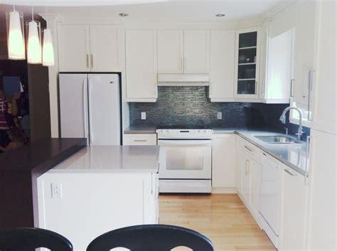 foncer en cuisine cuisine en bois laqué blanc comptoir de quartz gris et en
