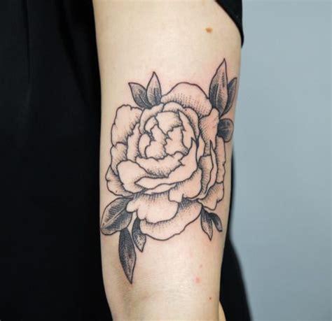 foto de Épinglé sur Tatouage Pivoines et Roses