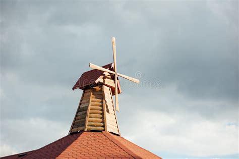 moulin 224 vent en bois d 233 coratif sur le foof image stock image 78092467