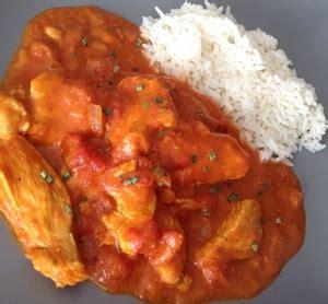 cuisiner filet de poulet filets de poulet au curry tomates et lait de coco