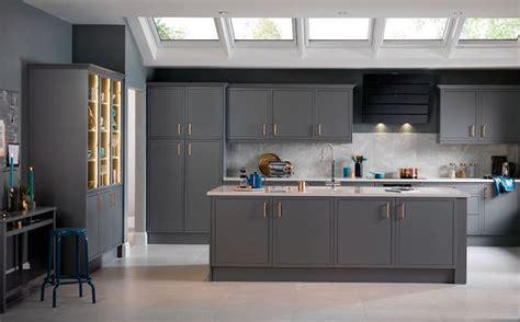 refaire sa cuisine à moindre coût simple repeindre sa cuisine en gris murs ilot central et
