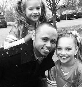 Maddie and Mackenzie Ziegler with their dad :) how cute ...