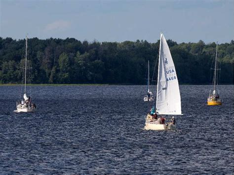 Boat Battery Dies On Water sailor helps capsized boat needs water rescue after own