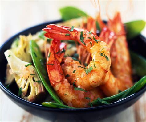 comment cuisiner les coeurs d artichaut recette de cyril lignac salade aux crevettes pois