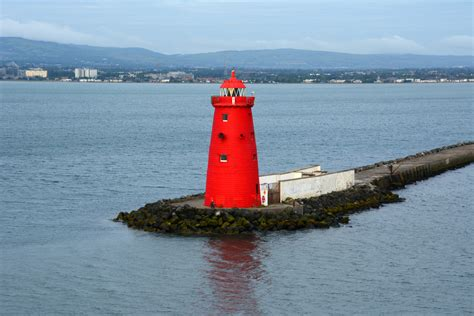 file poolbeg lighthouse marking the sea end of great bull wall at the entrance of dublin port