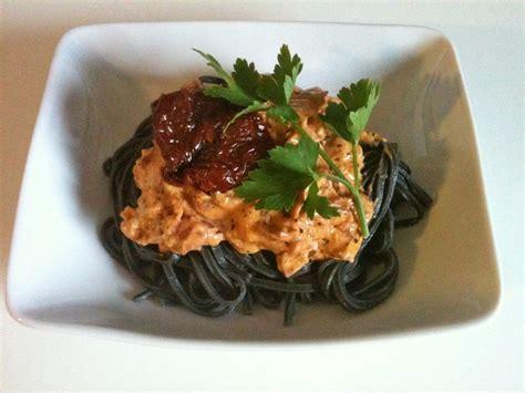 la cuisine de mes envies tagliatelles noires à la crème de tomates confites italie