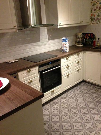 cuisine bobdyn d ikea blanc cass 233 avec carrelage mural m 233 tro et carreaux de ciment au sol just