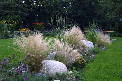 Garten Gestalten Mit Gräsern by Findlinge Und Ziergr 228 Ser Im Garten Garten Garden