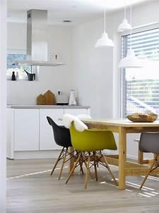 Stühle Im Eames Stil : die sch nsten wohnideen mit dem eames plastic armchair ~ Indierocktalk.com Haus und Dekorationen
